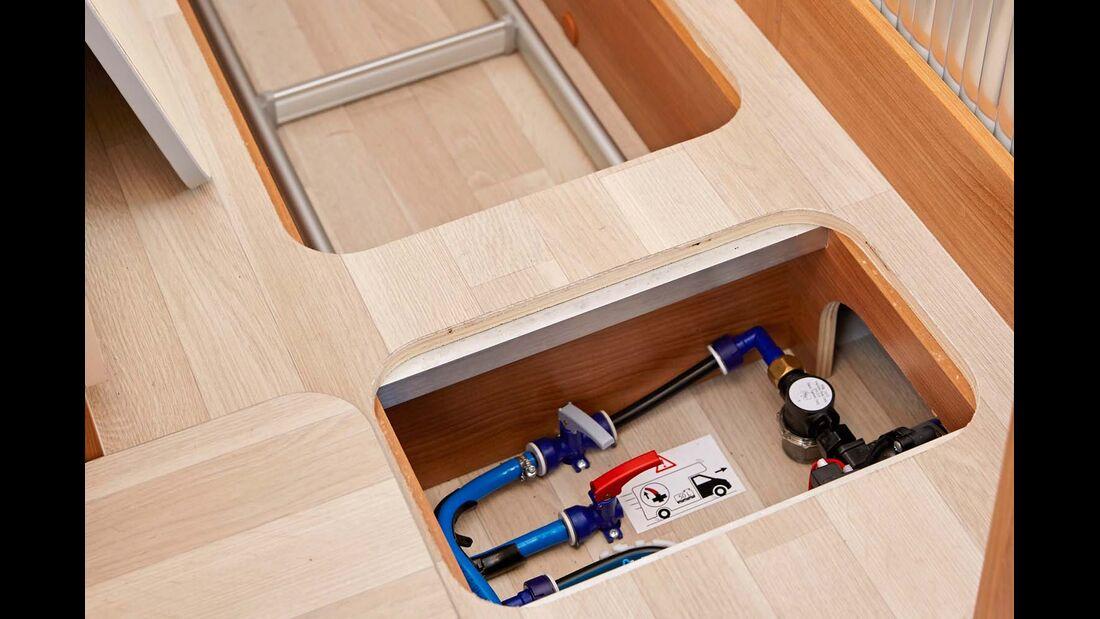 Im Doppelboden ist Platz für die Bordtechnik und auch für Gepäck beim Dreamer Family Van