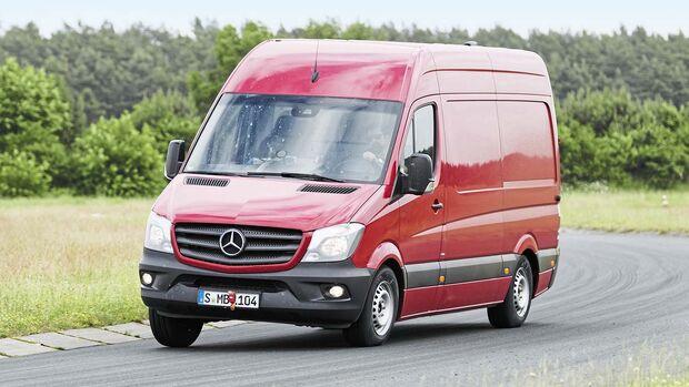 Im Handlingtest auf dem schnellen Rundkurs werden Reifen und Fahrzeug bis ans Äußerste gefordert.