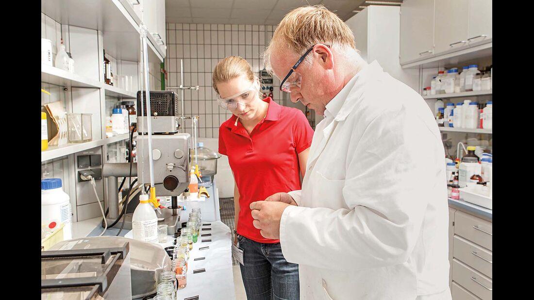 Im Kaercherlabor testen promobil und Kaercher die Materialvertraeglichkeit der Reiniger.