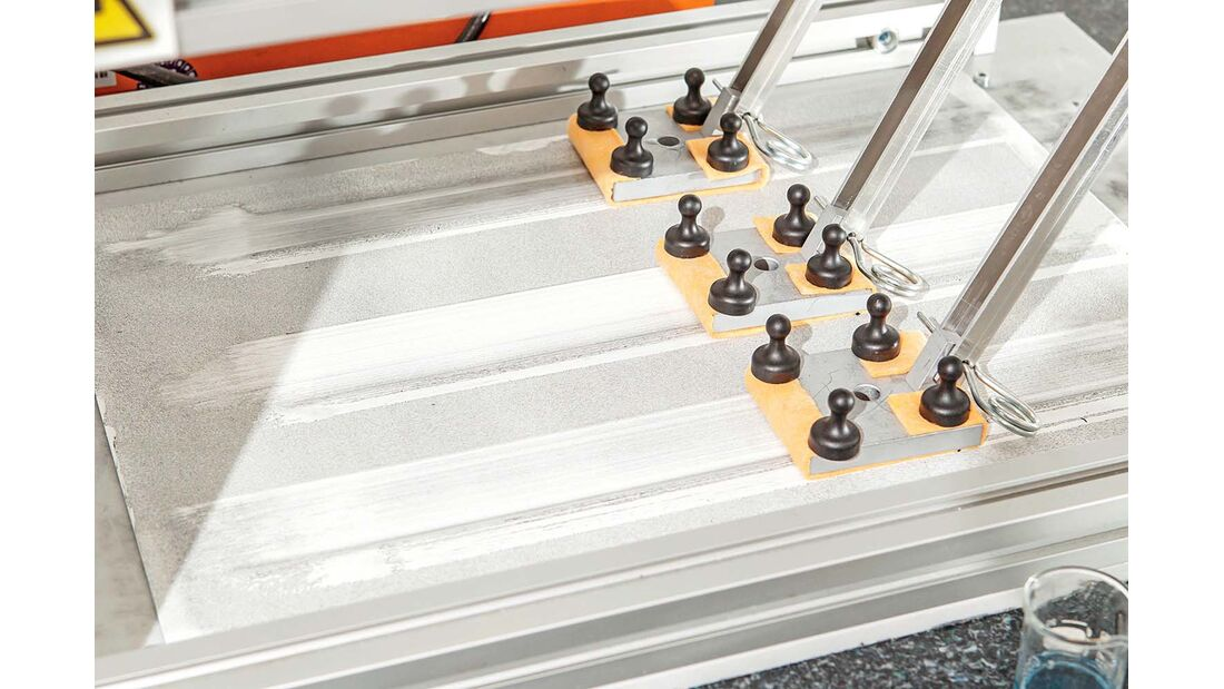 Im Kaercherlabor wischt die Maschine ueber Testschmutz.