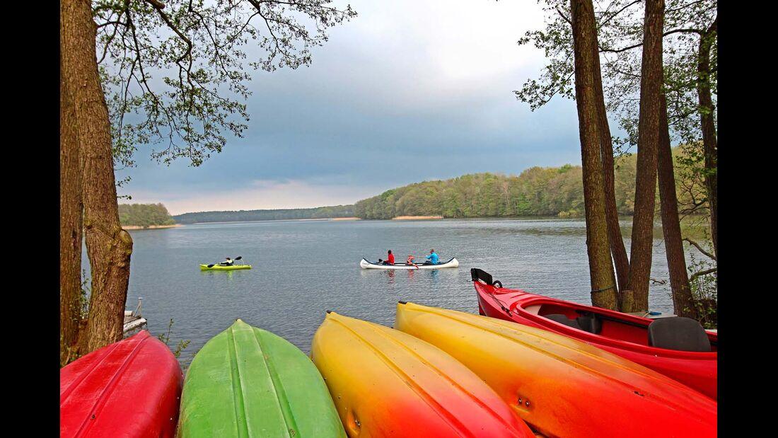 Im Naturpark Feldberger Seenlandschaft sorgen Boote für bunte Farbtupfer – sonst ist alles sehr ursprünglich.