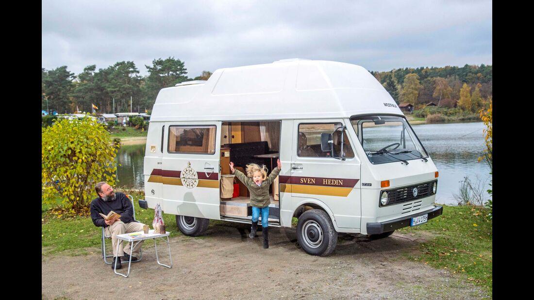 """Im Original-Jubi-Mobil gehen wir noch mal campen. So also fühlte sich das an damals. Gar nicht so anders als heute. Auch Alma findet's """"Spitze""""."""