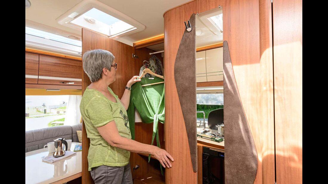 Im hohen Kleiderschrank warten knitterfrei die Anziehsachen des Tages.