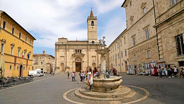Im hügeligen Hinterland der Marken liegt dieser bildschöne Ort mit seiner mittelalterlichen Altstadt.
