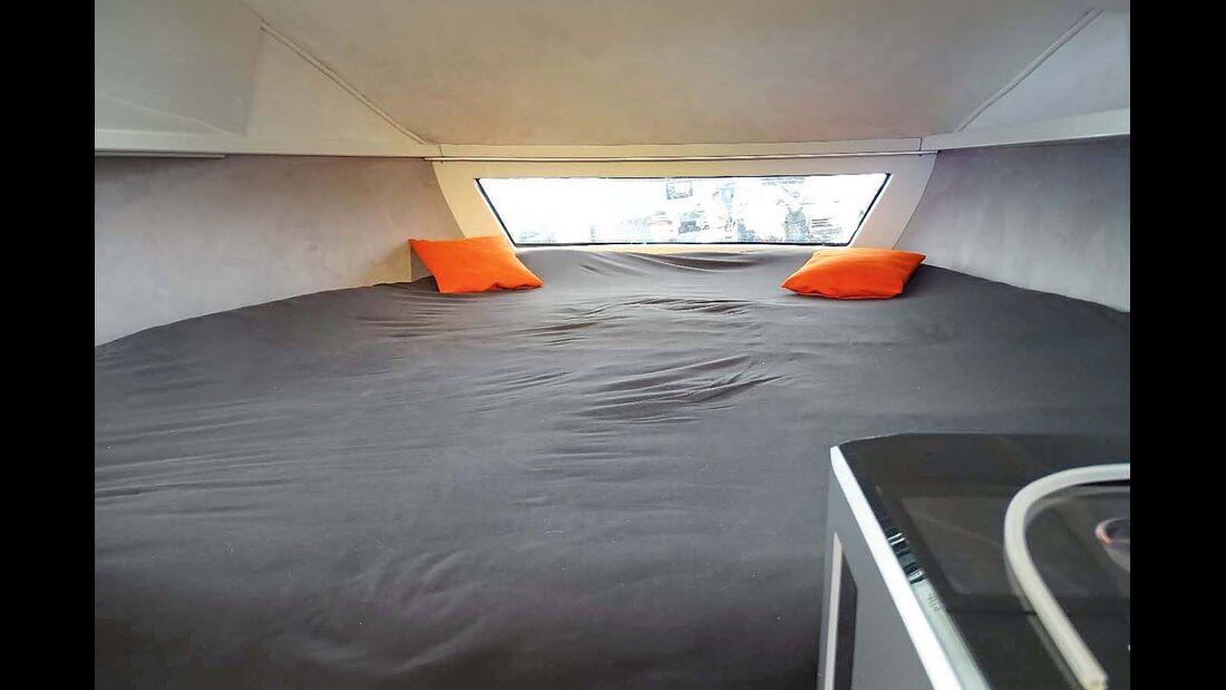 Im riesigen Alkovenbett kann man sowohl längs als auch quer schlafen.