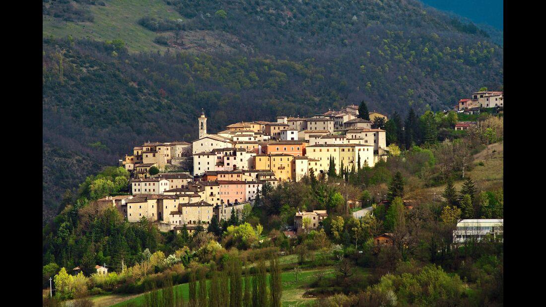 Im schönsten Licht: Preci, das Tor zum Parco Nazionale dei Monti Sibillini.