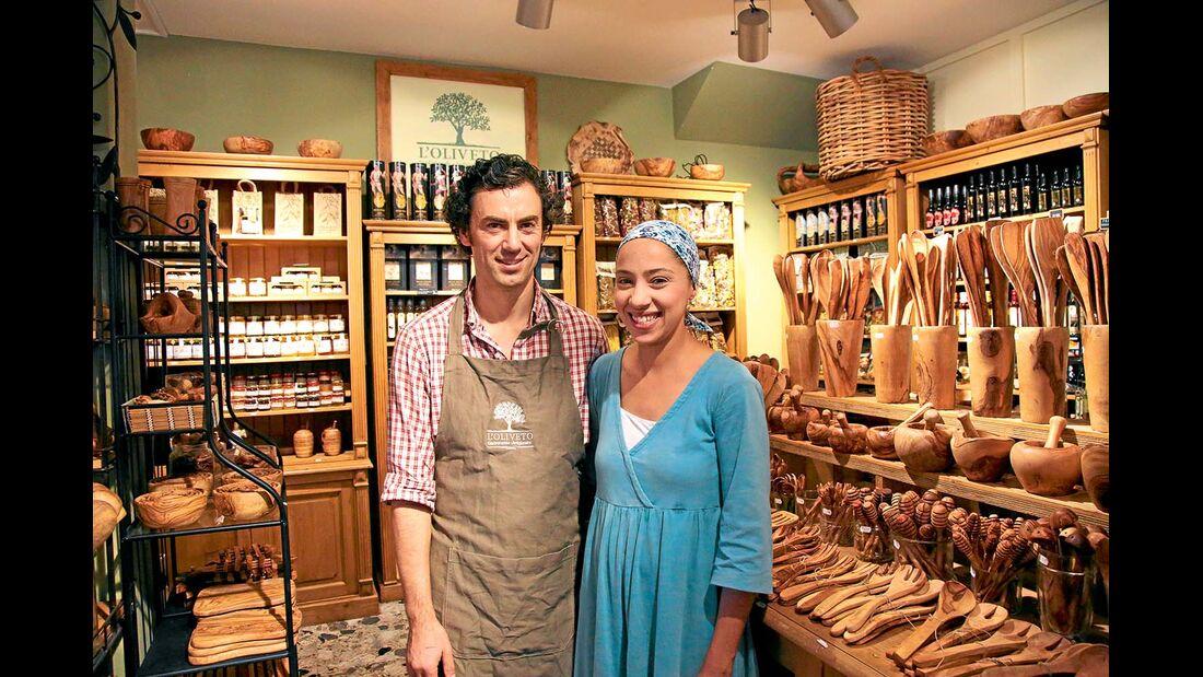 In Malcésine dreht sich alles um Oliven .Antonio Consolini und seine Frau verkaufen in ihrem Laden allerlei Produkte.