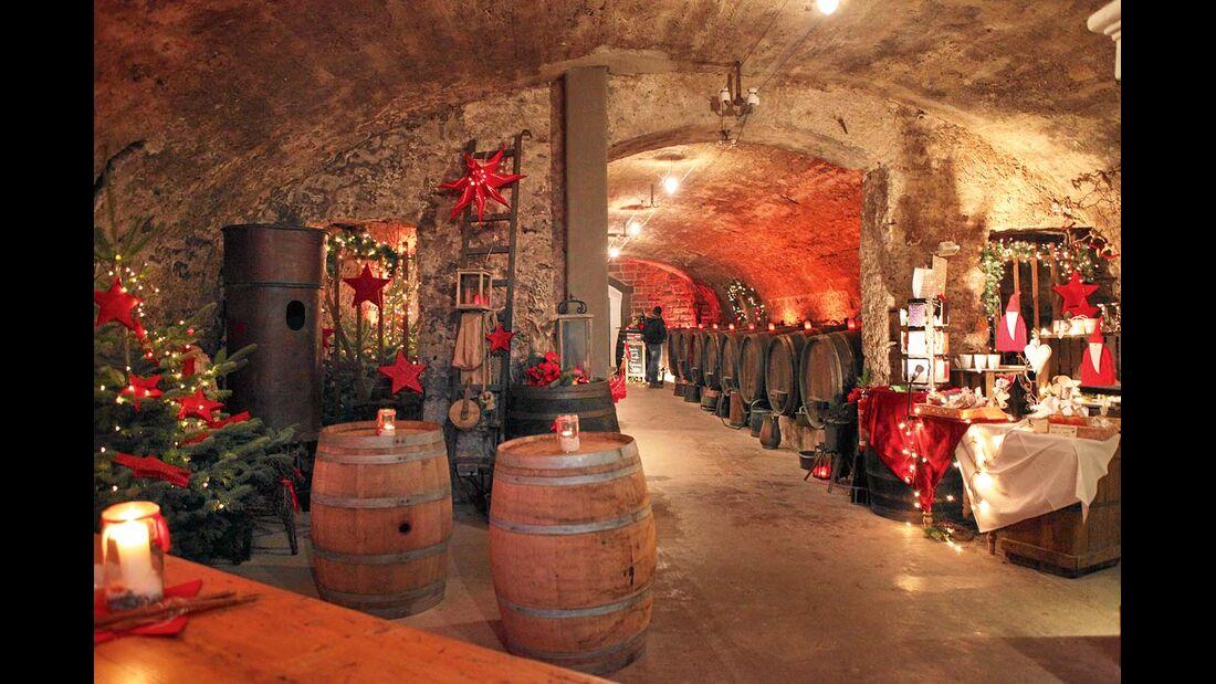 In Traben-Trarbachs Weinkeller einen leckeren Wein probieren.