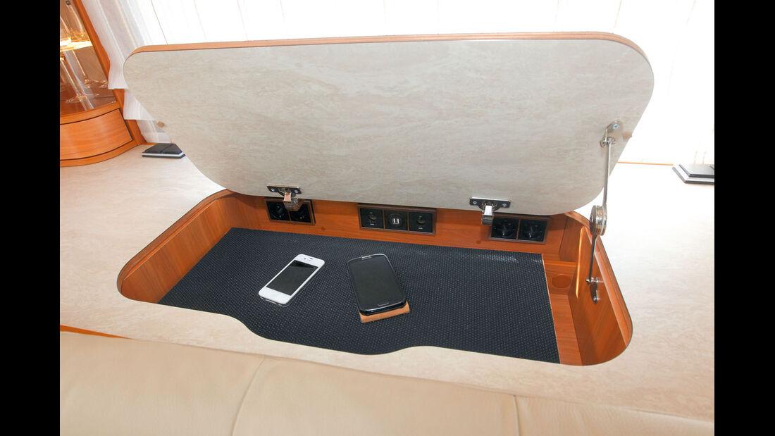 In dem Extrafach sind Tablets und Laptops aufgeraeumt.