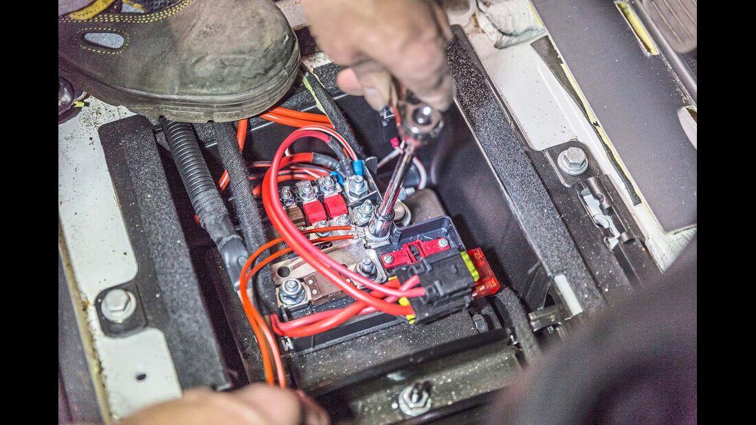 In den Ducato-Batteriekasten bohrt man ein Loch und führt den Kabelstrang hinein.