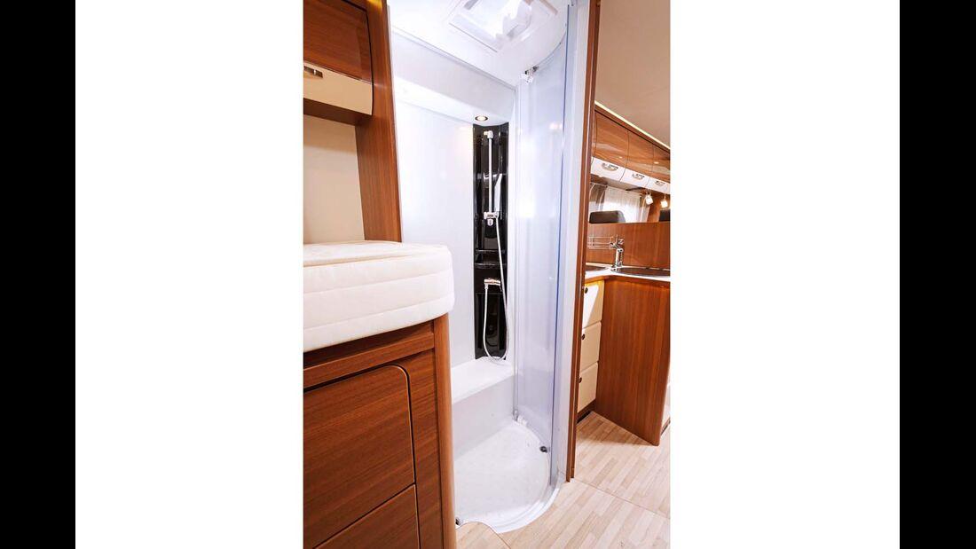 In der Dusche stören Radkasten und niedrige Brausenhalterung.