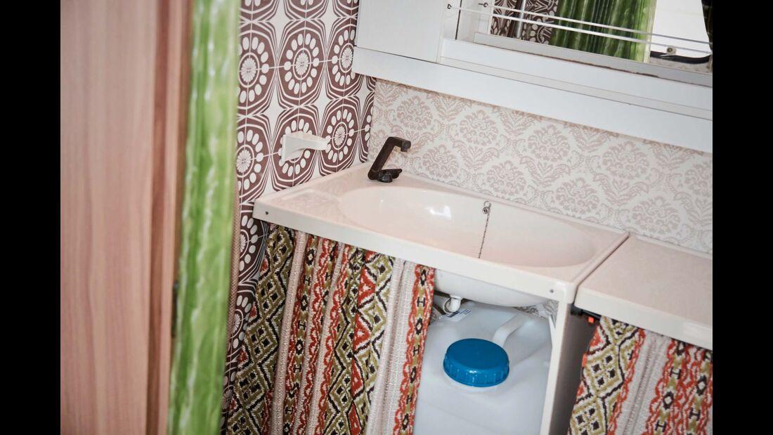In der Nasszelle ist ein gut zugängliches Waschbecken untergebracht.  Das Wasser kommt aus einem tragbaren Kanistern. Einen Boiler gibt es nicht.