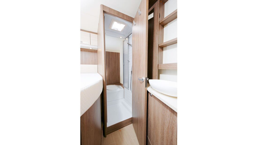 In der Nasszelle sind WC und Dusche sinnvoll zusammengefasst.