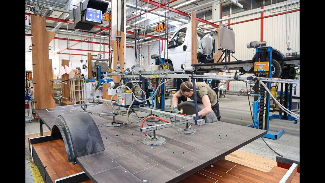 In der Produktion kommen komplett vorgefertigte und bereits mit allen erforderlichen Schutzmaßnahmen versehene Bodenplatten zum Einsatz.