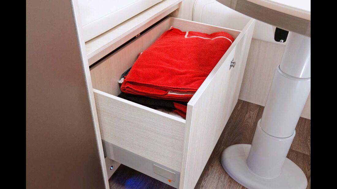 In der Schublade im Sideboard kommen Handtücher unter.