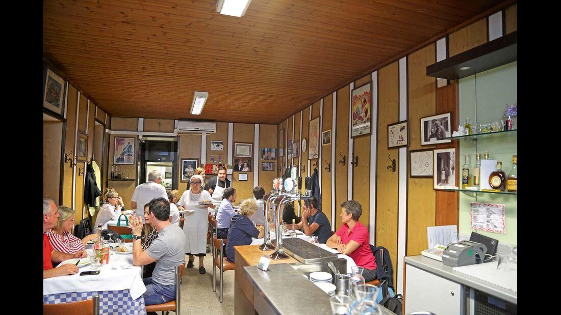 In der Trattoria da Ezio in Macerata serviert und kocht la Mamma noch selbst.