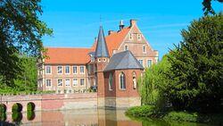 In der Wasserburg Hülshoff bei Havixbeck ehrt eine Sammlung das Andenken an die Dichterin Annette von Droste-Hülshoff.