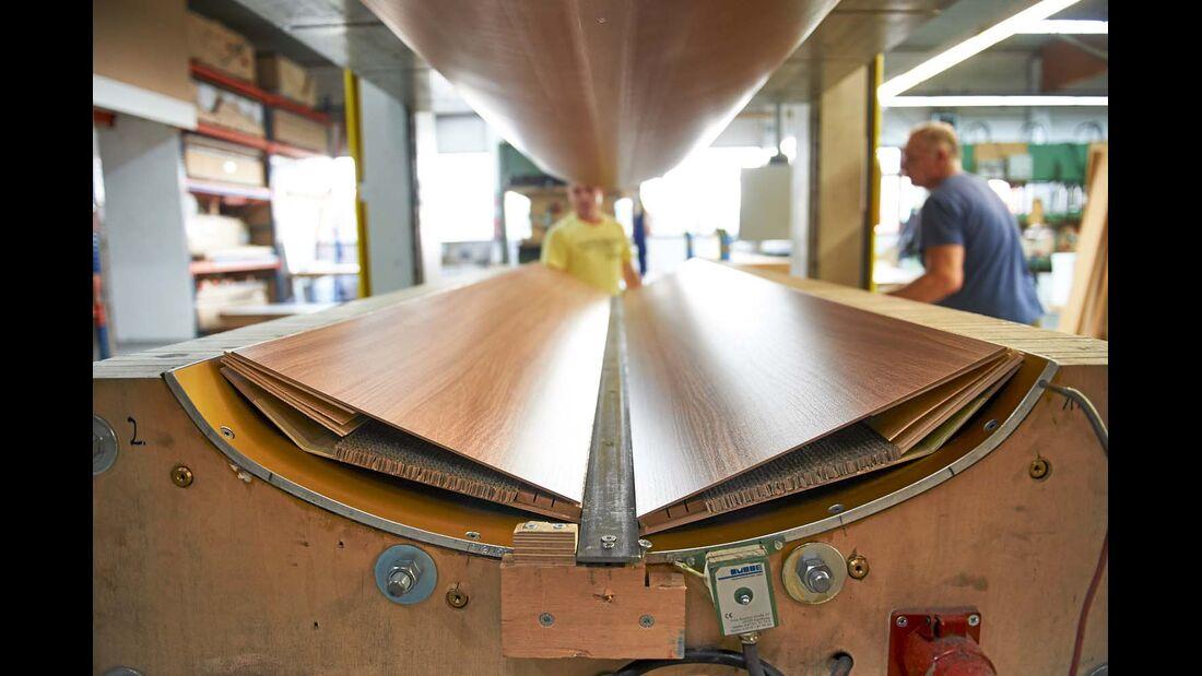 In der hydraulischen Presse werden die Einzelteile einer Möbelklappe verbunden.
