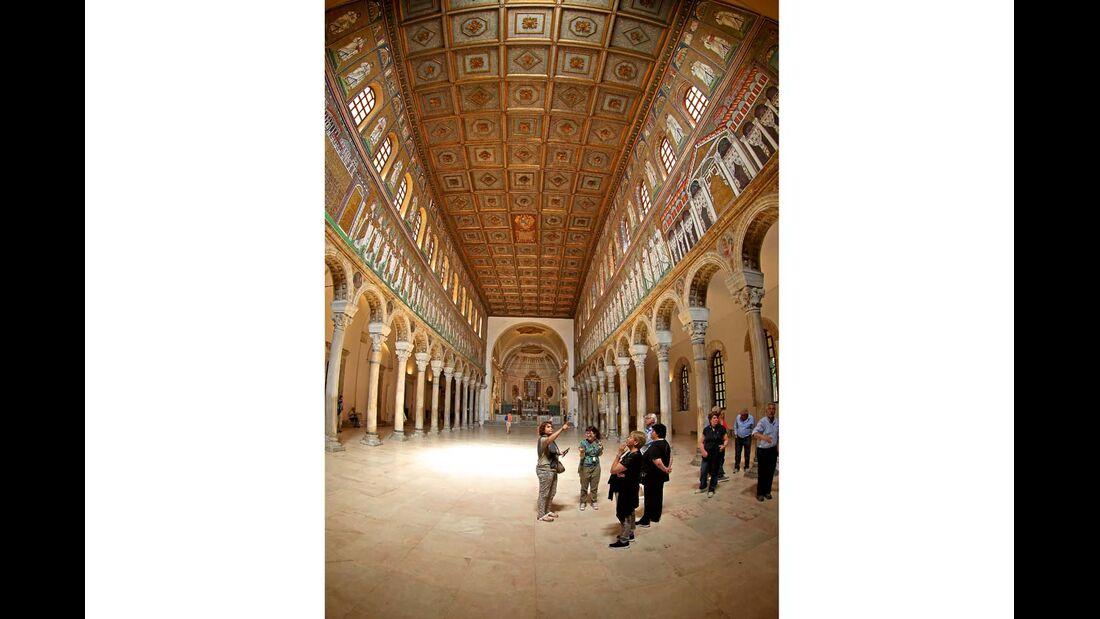 Innenraum der Basilica di Sant' Apollinare Nuovo in Ravenna