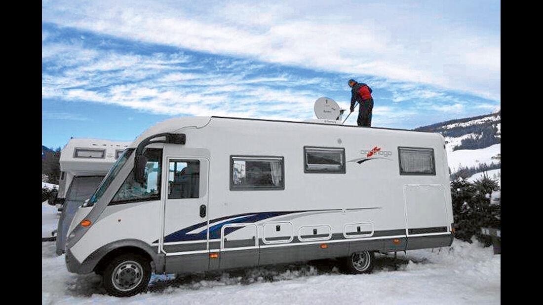Joachim Huettenhoff befreit sein Mobil vom Schnee.