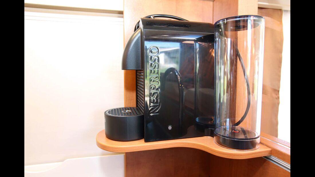 Kapsel-Kaffeemaschine auf passendem Bord über der Ecke der Küchenarbeitsplatte beim Carthago C-Tourer Sport I 144