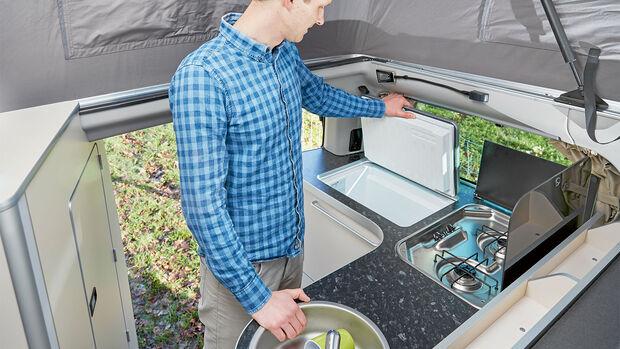 Kaum eine Campingbus-Küche bietet so viel Bewegungsfreiheit wie die im Nugget.