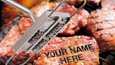 Kennzeichnungspflicht. Wem gehört welches Steak? Durch unklare Besitzverhältnisse ist an so mancher Grillparty schon die Stimmung gekippt. Mit dem Brandeisen von Infactory sind Eigentumsfragen schnell geklärt. Das Edelstahleisen wird zusammen mit 80 Buchstaben geliefert. Maximal 20 Lettern passen gleichzeitig in die Halterung. Somit lassen sich Fleisch oder auch Grillkäse mit dem eigenen Namen kennzeichnen.