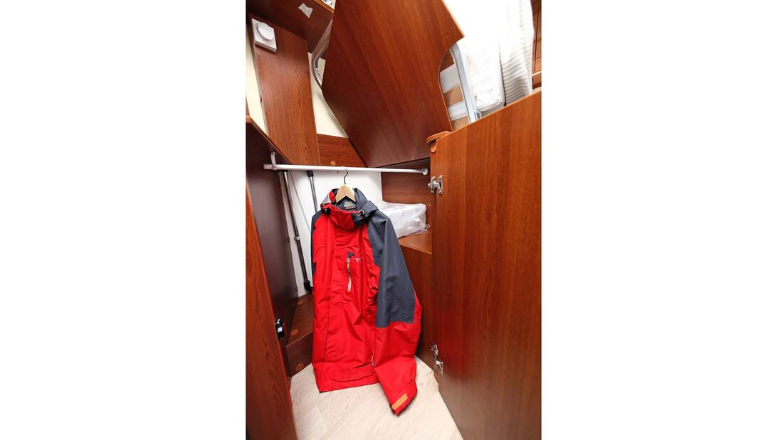 Kleiderschränke unter den Fußenden der Betten beim Rapido Distinction