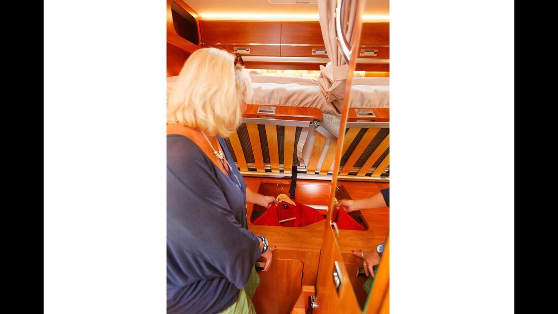 Kleiderschrank: umständlich und fast nur von oben zugänglich.