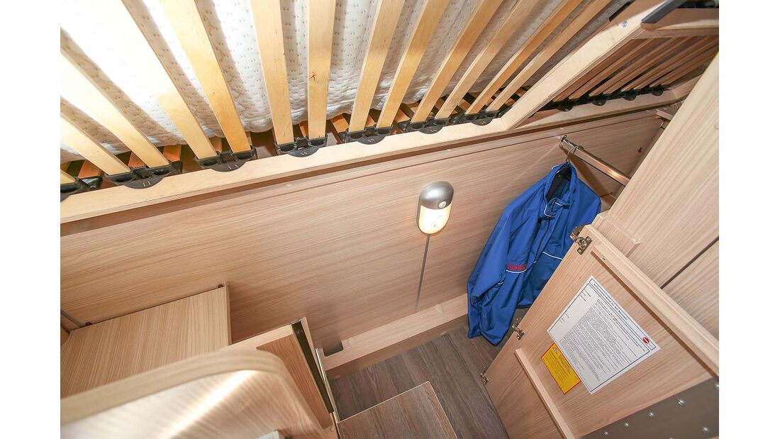 Kleiderschrank unter dem Bett passabel erreichbar beim Bürstner Travel Van t 590 G