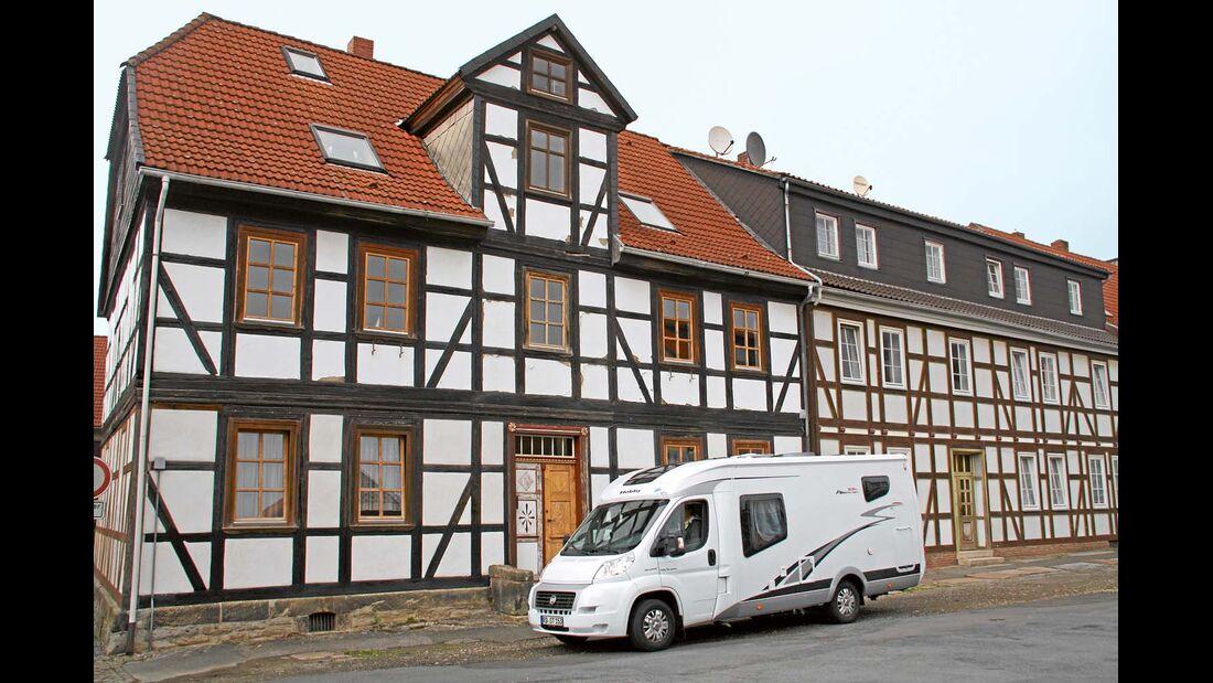 Kleine Pause vor traditioneller Architektur.