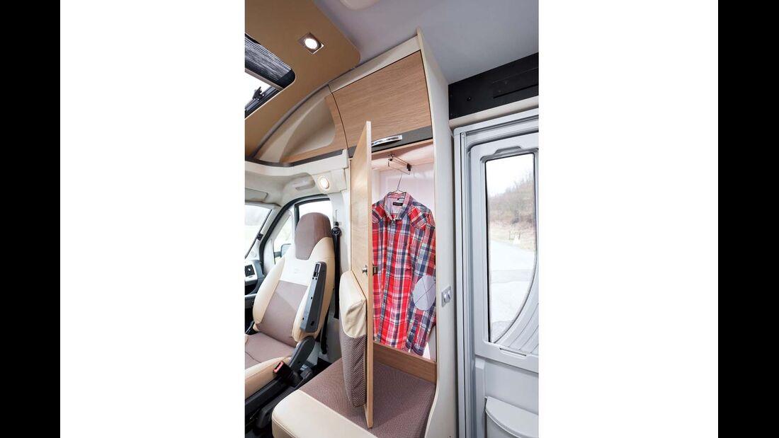 Kleiner Kleiderschrank hinter dem Seitensitz beim Adria Compact