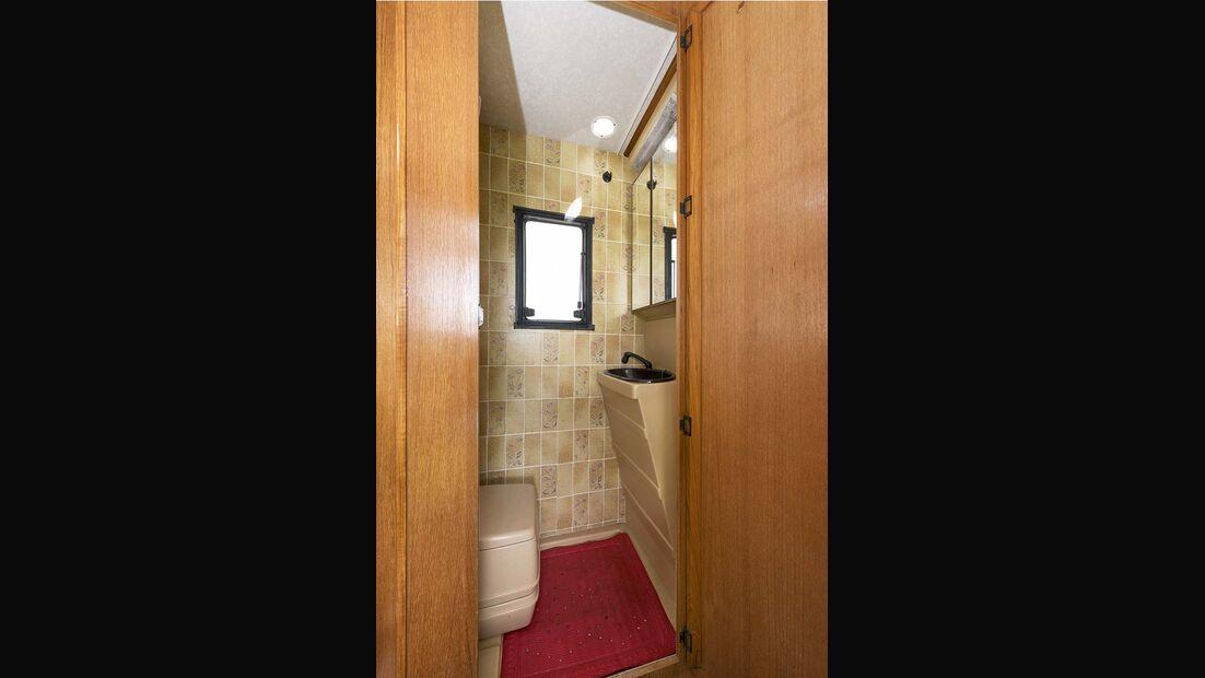 Kleines Bad mit beigen PVC-Fliesen