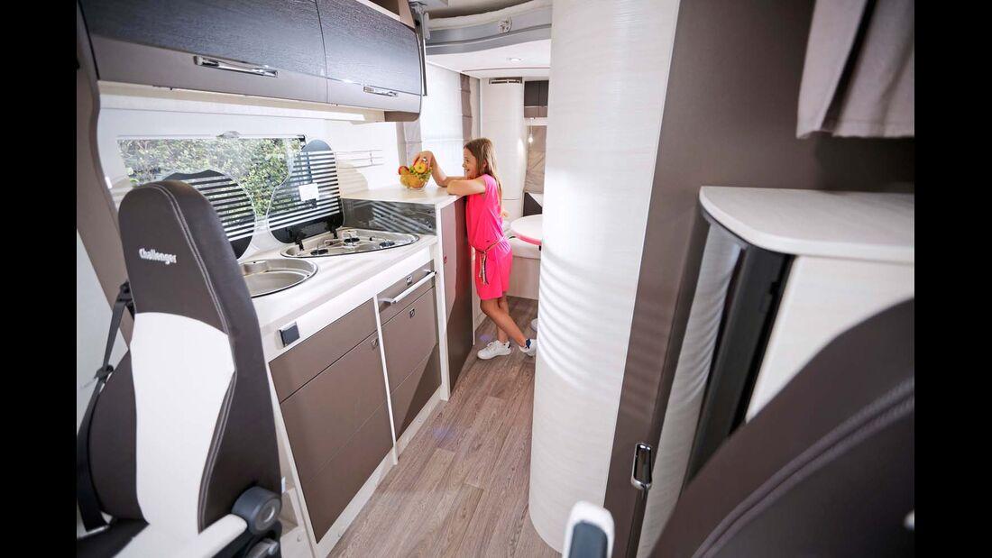 Kompakter Küchenblock mit 134-Liter-Kühlschrank gegenüber.