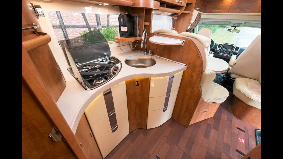 Küche im Carthago Chic C-Line mit großer Arbeitsfläche und viel Stauraum