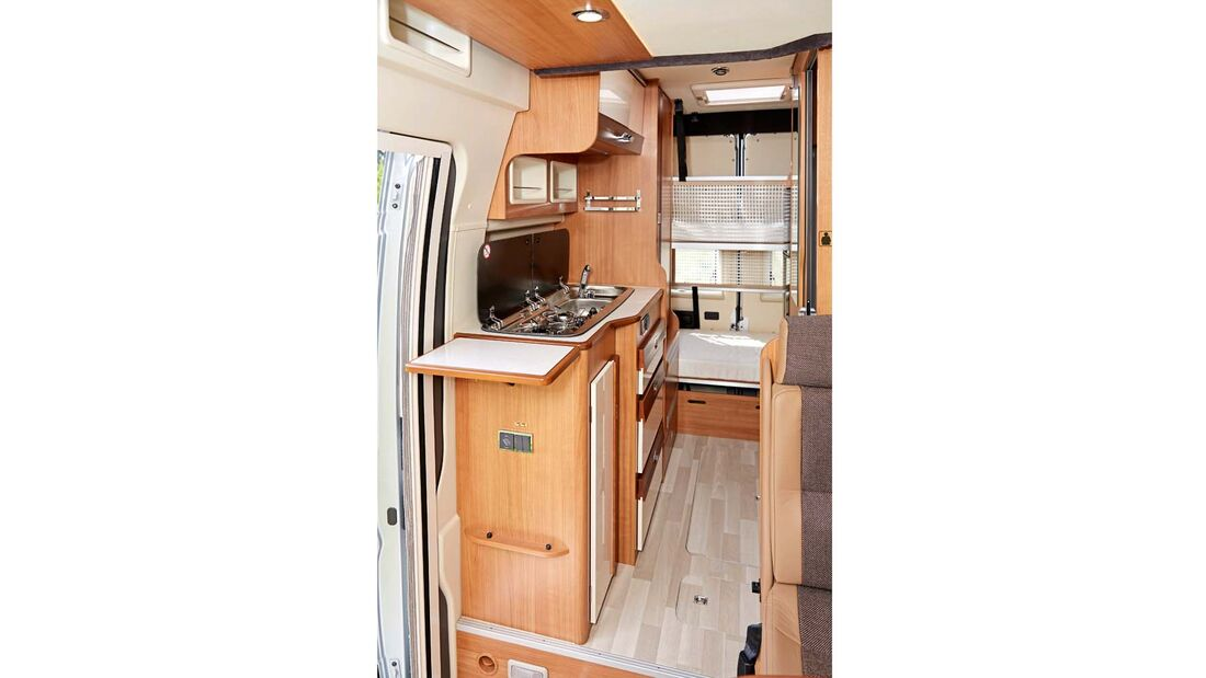 Küche im Dreamer Family Van mit großem Kühlschrank