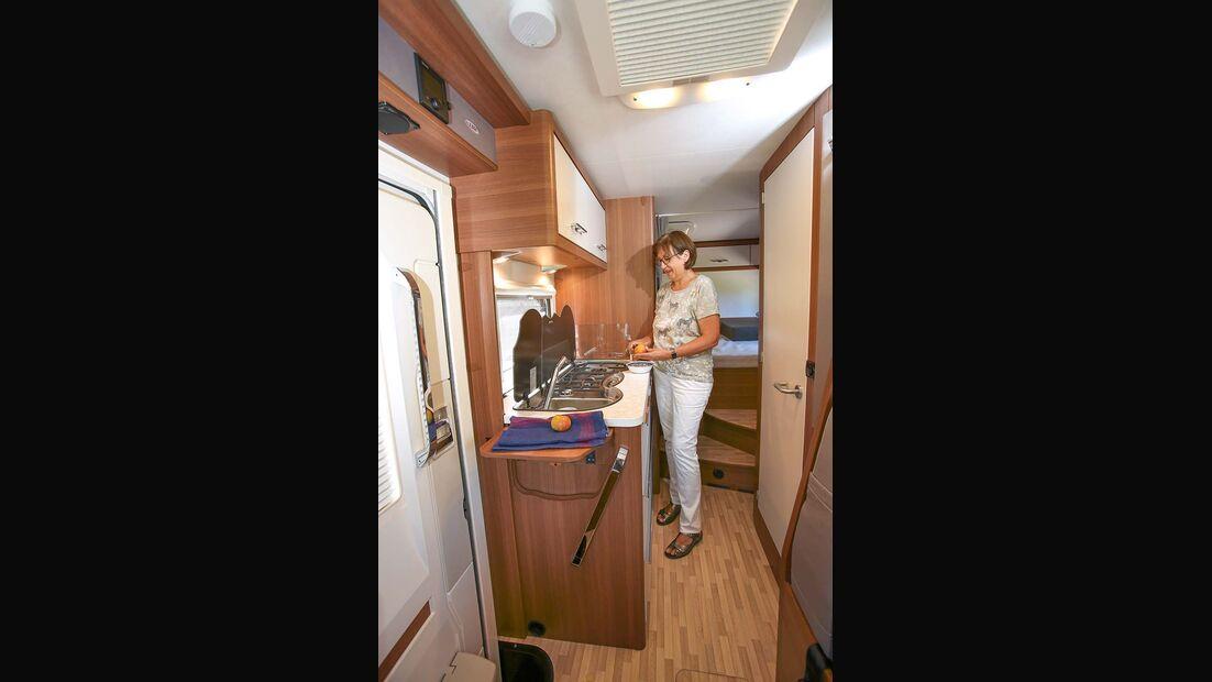 Küche mit Verlängerungsplatte und großem Kochfeld beim LMC Breezer V 636 G
