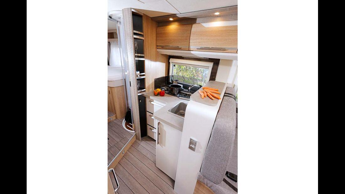 Küche mit genug Stauraum, Ablagefläche und breitem Tresen.