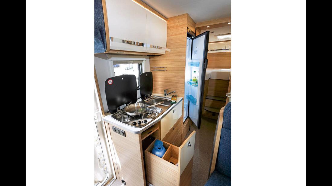 Küche mit riesigem Kühlschrank.