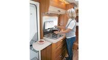 Küche mit schlankem Kühlschrank, breiten Schubladen und Zusatzarbeitsplatte.