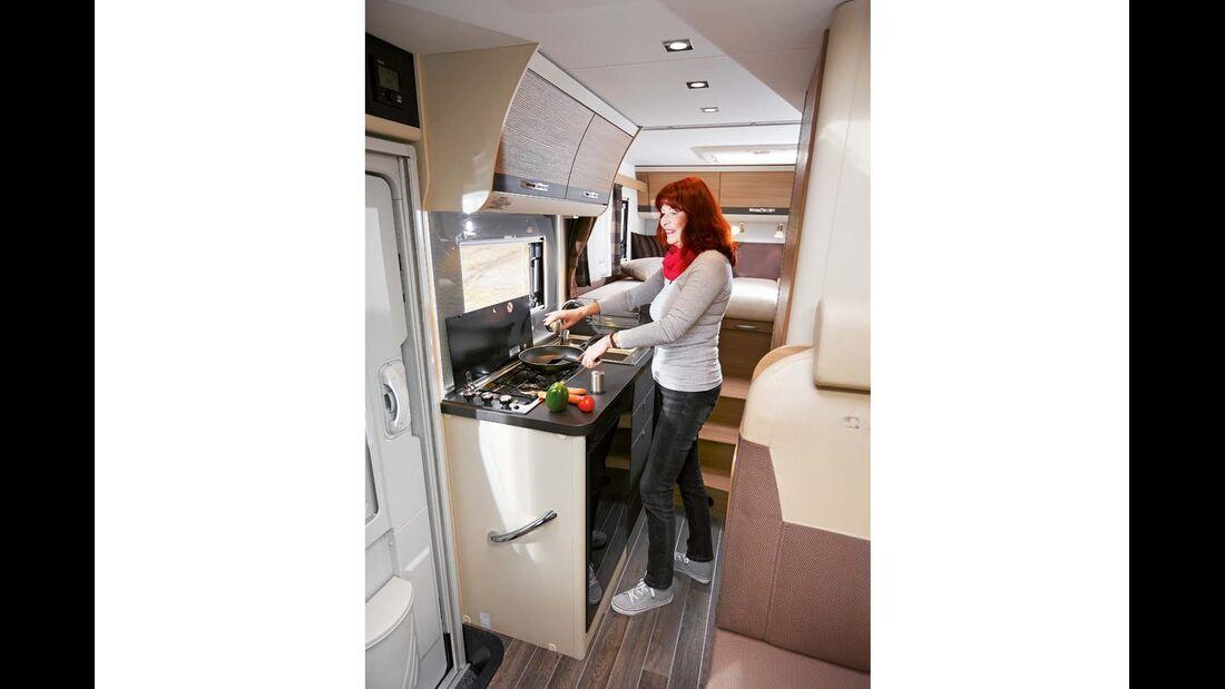 Küche mit schmalem Kocher und brauchbarer Arbeitsfläche beim Adria Compact