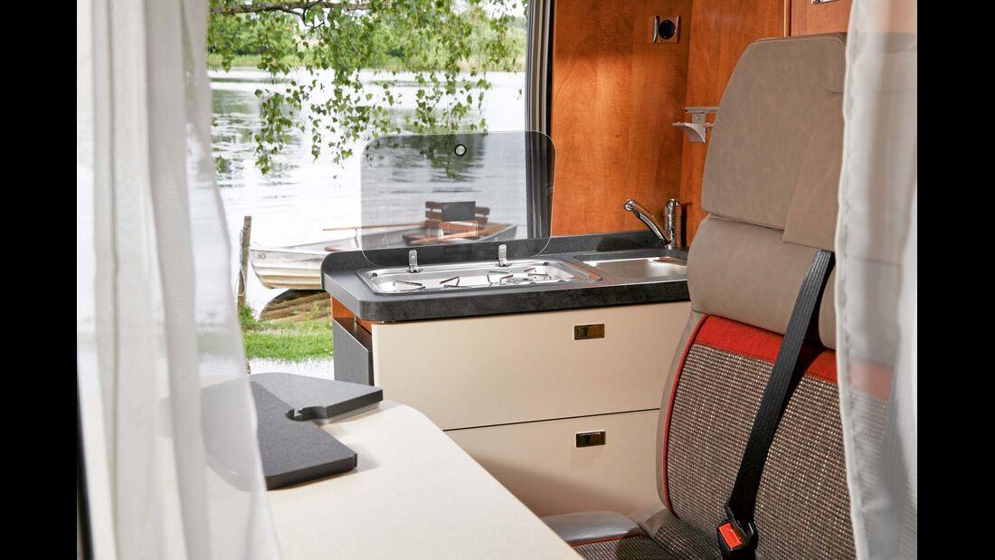 Küchen-Arbeitsfläche ist zweifach erweiterbar, der Kühlschrank 65 oder 90 Liter groß.
