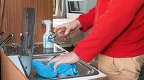 Küchen-Sauber von Cleanofant löst Öl und Fettflecken sehr gut und legt einen Schutzfilm gegen Schmutz über die Edelstahlfläche des Kochfelds.