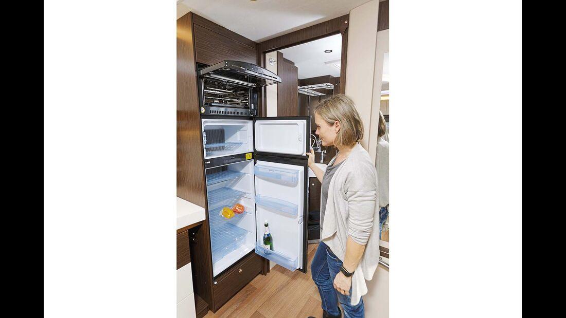 Kühlschrank, Gefrierschrank und Backofen als Einheit.