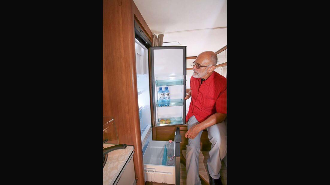 Kühlschrank mit 141 Liter Inhalt und praktischer Flaschenschublade beim LMC Breezer V 636 G