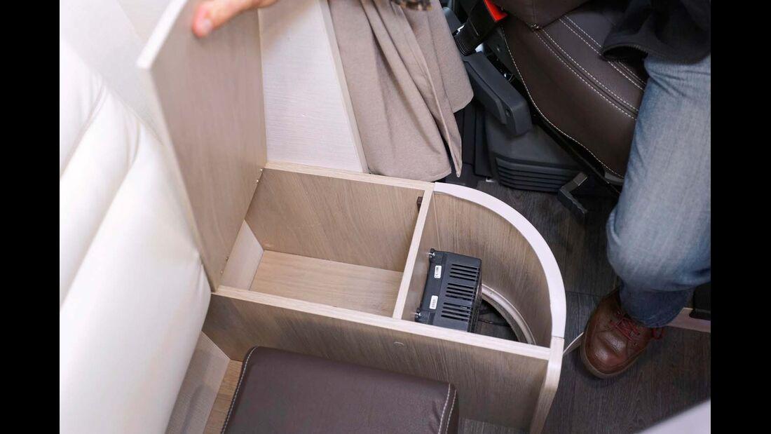 Ladegerät für die Bordbatterie – gut verstaut im Sitzkasten.