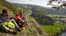 Lädt zum Verweilen ein: Ein Rastplatz mit Blick über das Obere Donautal