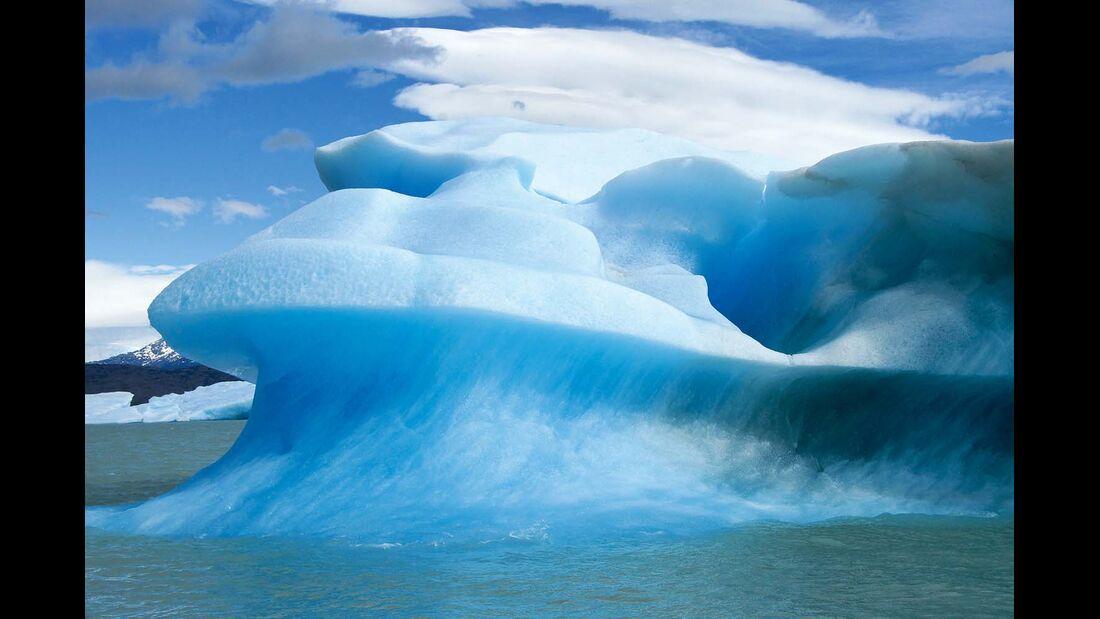 Lago Argentino, Argentinien: Riesige Eisberge treiben im See. Sie stammen von den Gletscherzungen der Eisfelder.