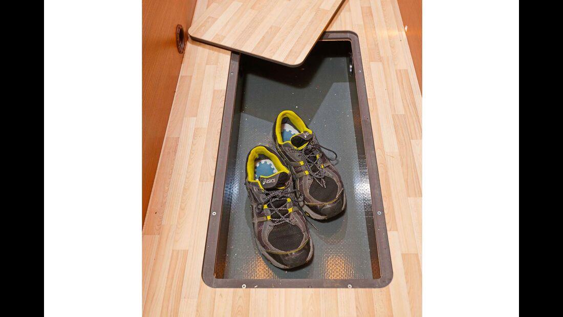 Langes Fach im flachen Doppelboden, top etwa für Schuhe.