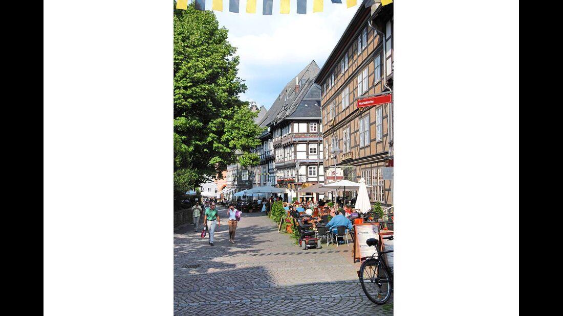 Lebendiges Treiben in der historischen Altstadt von Goslar.